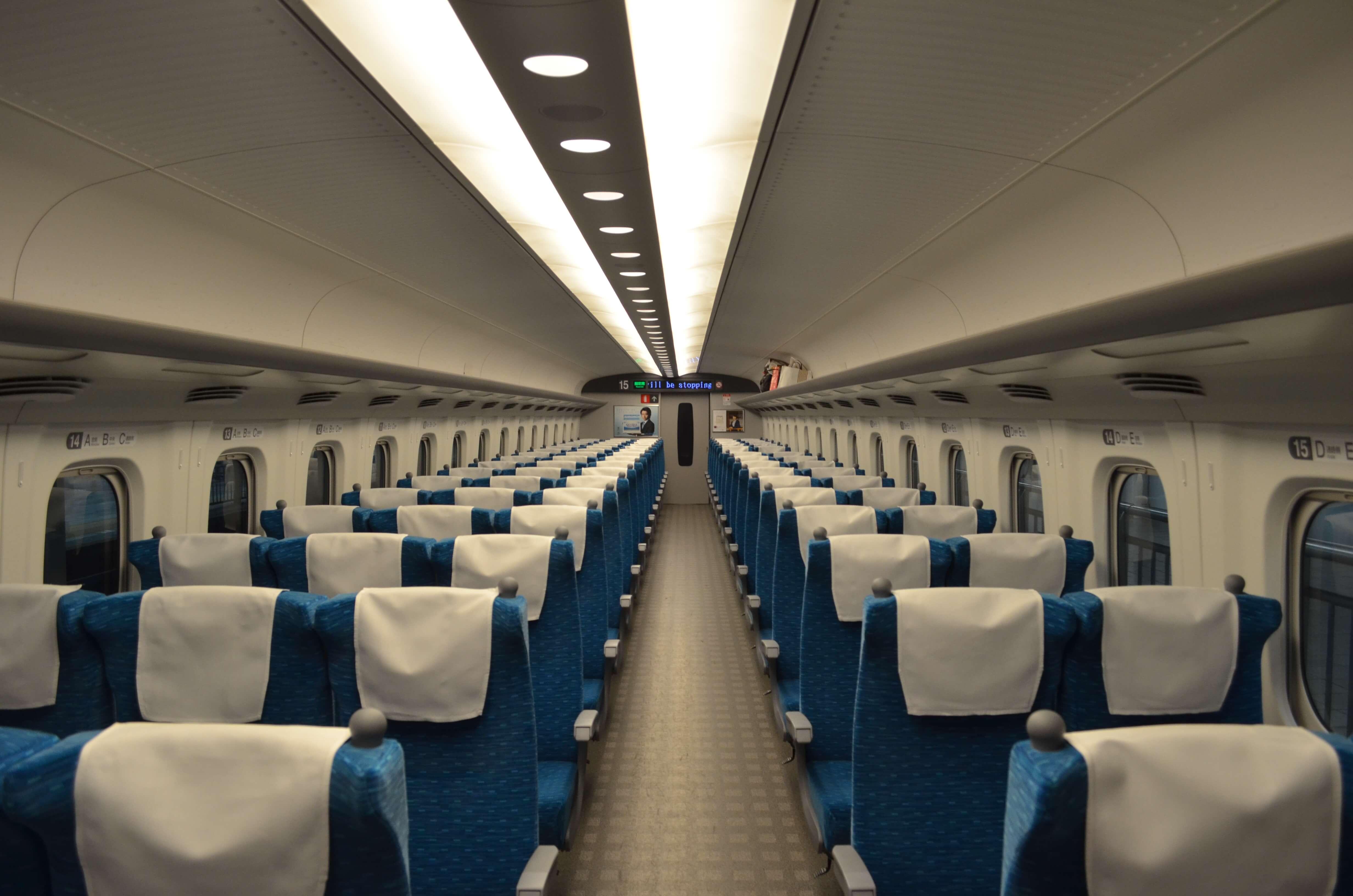 新幹線の長時間乗車は疲れますが、フットレストがあると楽に過ごせます。