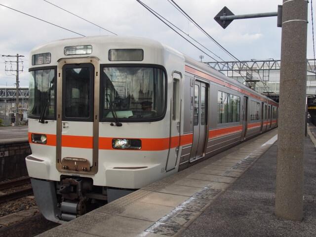 米原から名古屋まで乗る電車はオレンジ色の電車