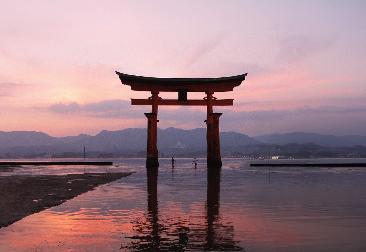 宮島名物の厳島神社の鳥居